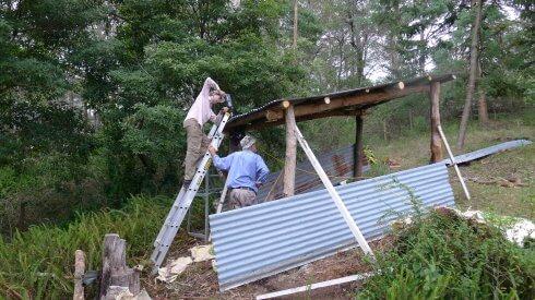 为存储烧壁炉的木炭搭建一个亭子